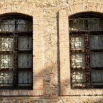 洋館の閉じられた窓